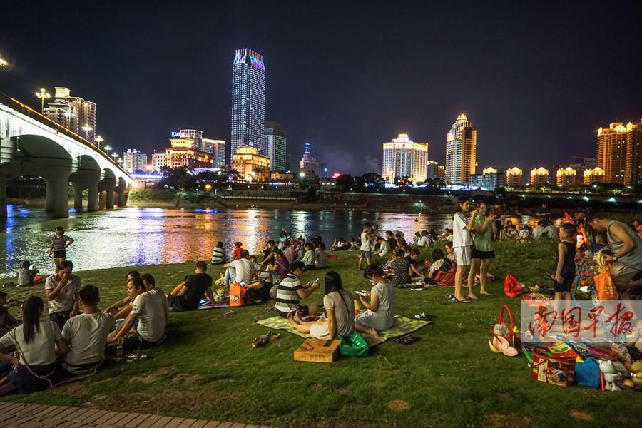 """高清图集:庆""""双节""""享长假 中秋赏月赏花灯"""