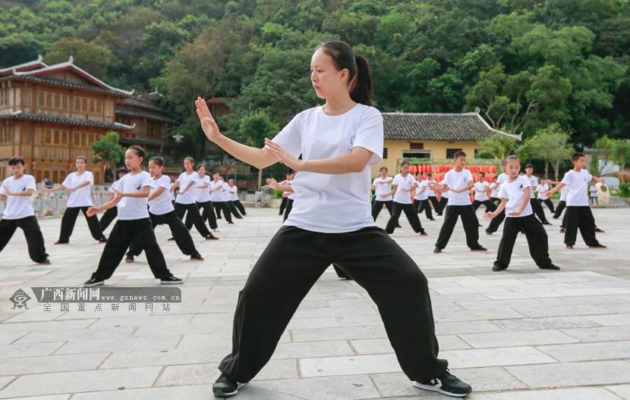 柳城:太极拳爱好者快乐健身欢度国庆假期(图)