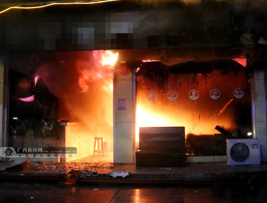 大化:店铺发生火灾浓烟滚滚 消防扑灭大火(图)
