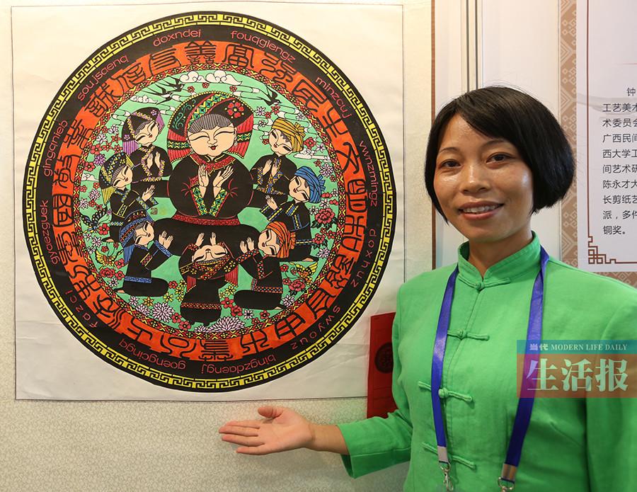 她是一名传统手艺人 即使入不敷出仍坚持剪纸(图)