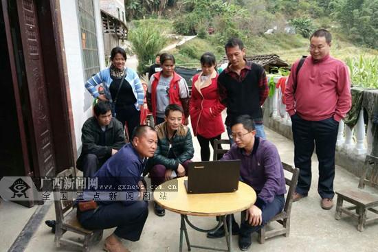 天峨县纳直乡组织人大代表进村入屯助力脱贫攻坚