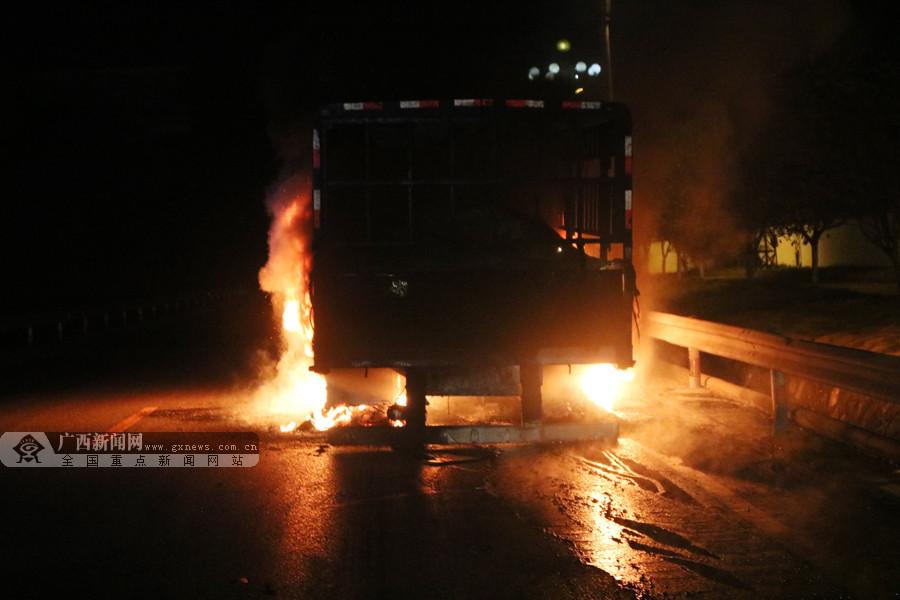 南丹:挂车行驶途中自燃 消防官兵紧急救援(组图)