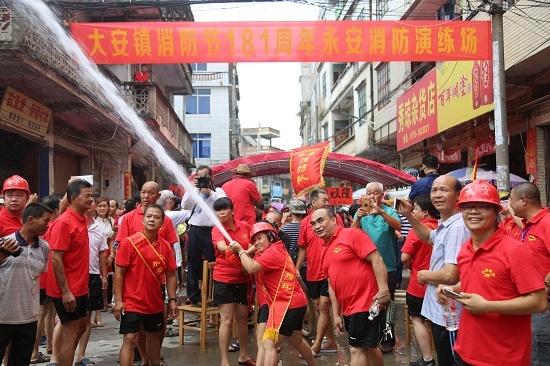 广西贵港:数千群众自发上演民间灭火绝活