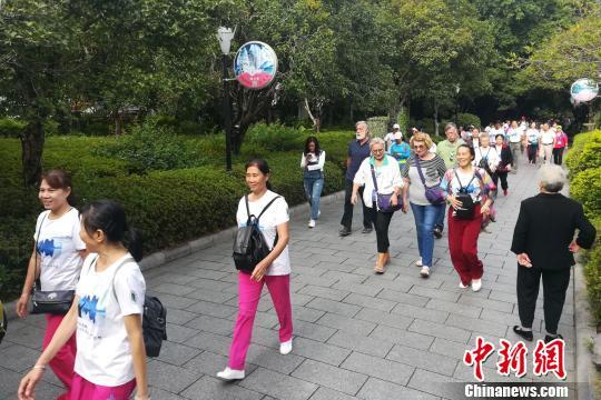 """图为中外徒步爱好者沿着桂林""""两江四湖""""徒步。 伍峰 摄"""