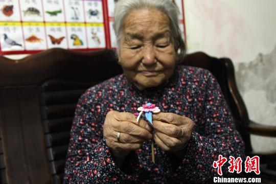 图为杨淑兰老人展示制作的面花。 张远 摄