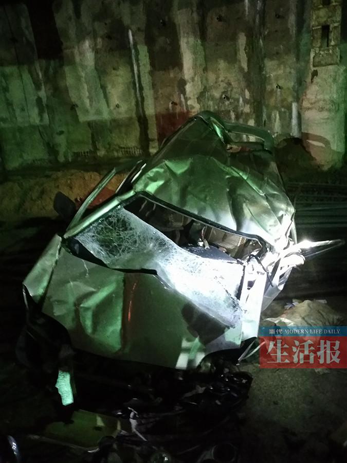 面包车坠坑面目全非 消防20分钟救出被困司机(图)