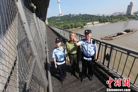 花甲铁警保卫武汉长江大桥近20载步行逾5万公里