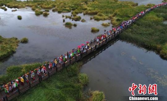 """近百对有情人""""情定泸沽湖""""体验摩梭婚俗"""