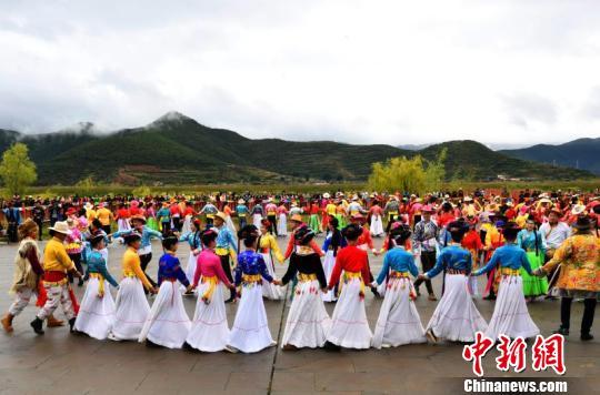 图为参加活动的近百对情侣、夫妻共跳甲搓舞。 安源 摄