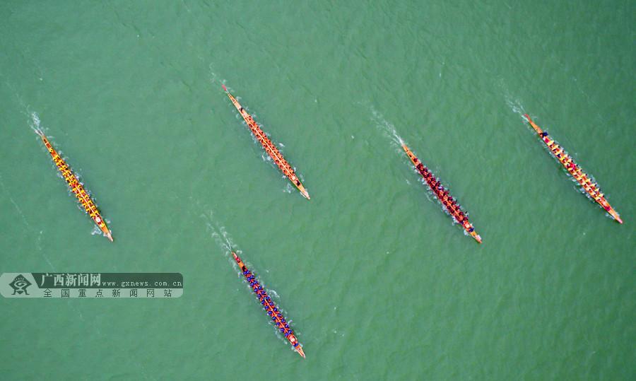 航拍:挥桨激浪赛龙舟 融安举行第十九届龙舟大赛