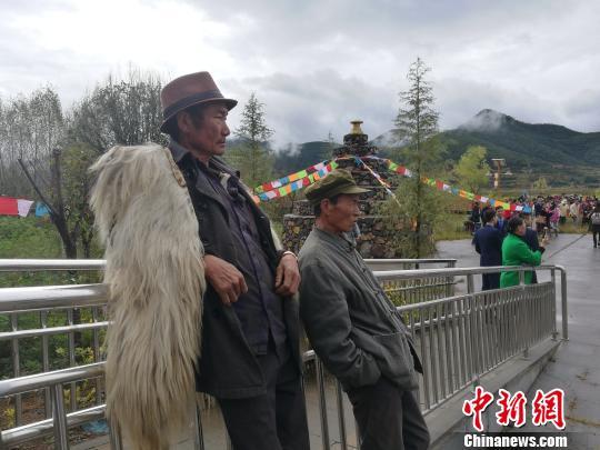 图为当地民众观看民俗体验活动。 杨珺 摄