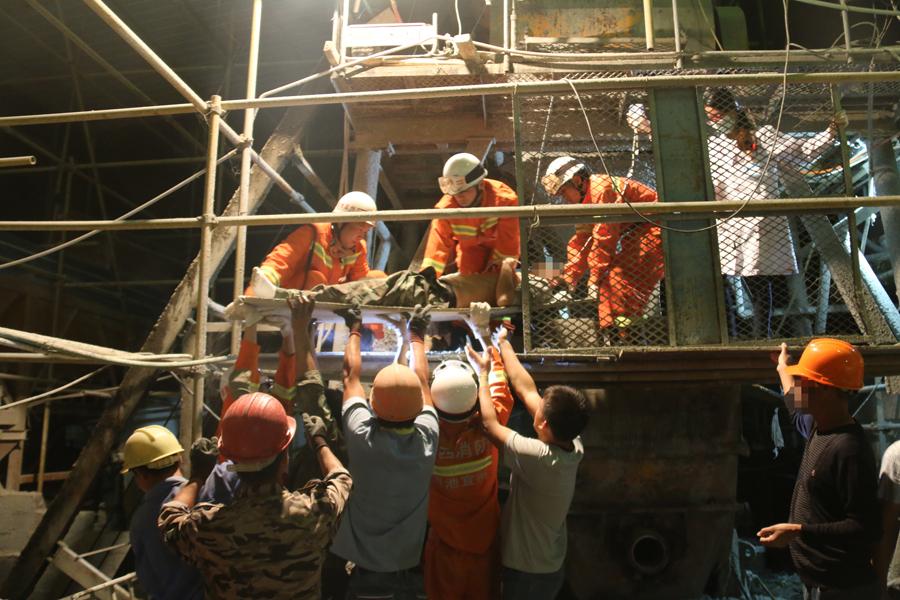宜州:男子不慎被卡搅拌机内 消防迅速救援(图)