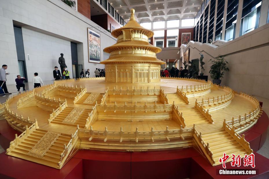 手工贴三层24k99金箔;模型以1:10的比例,并采用中国传统的榫卯结构雕