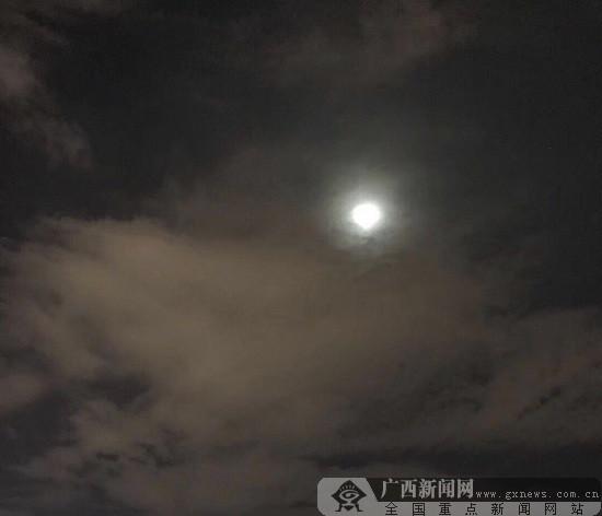 月亮是别在乡村的一枚徽章
