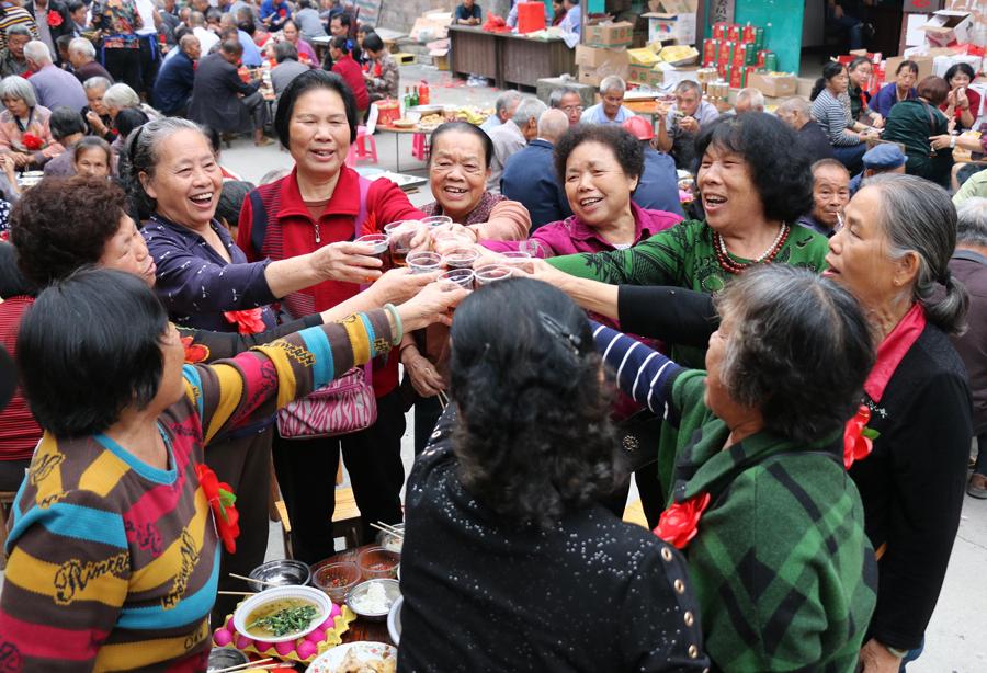 罗城:老人戴红花享百桌宴欢庆重阳(图)