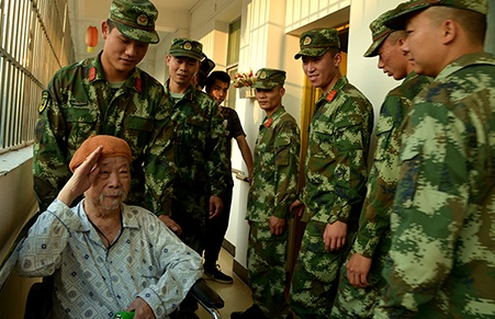 来宾:武警官兵送温暖迎重阳(组图)