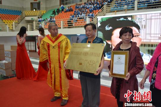 陈伯勋获扛旗世界纪录奖牌和证书。 唐建衡 摄
