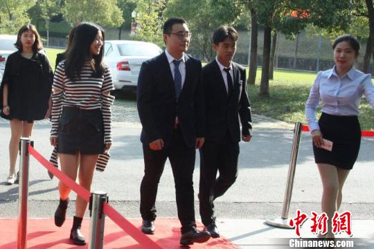 同学们通过红毯进入会场。 李海清 摄