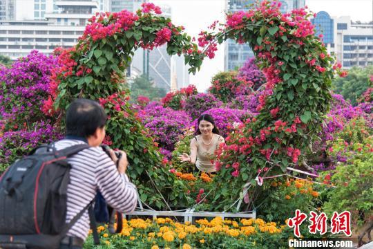 市民在花坛前合影留念 王以照 摄