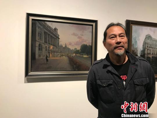 艺术家陈伟德与他的作品《华灯初上》。 王子涛 摄