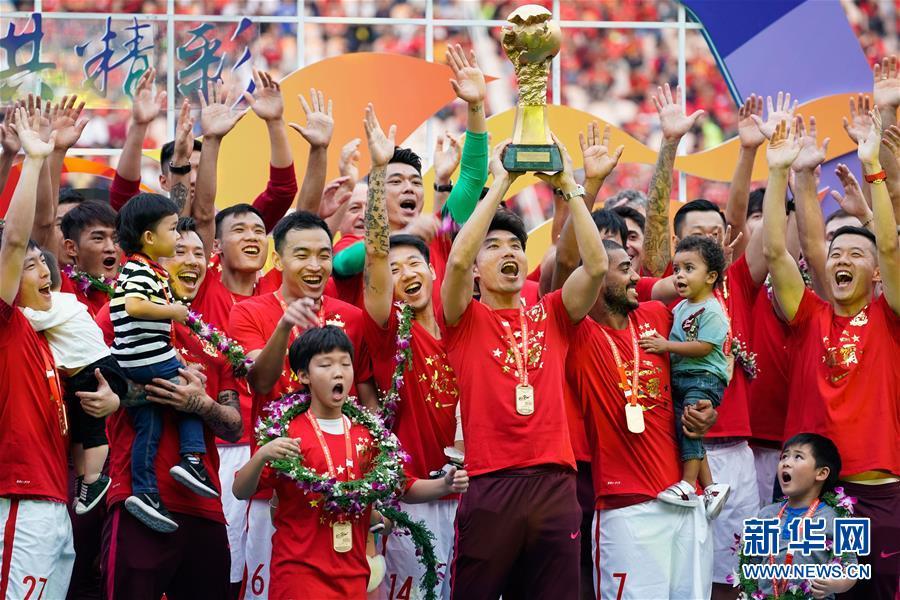 (体育)(1)足球――中超:恒大捧杯 中超七连冠