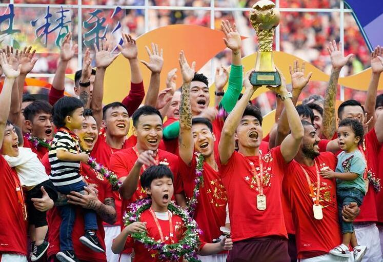 2017年中超联赛广州恒大队捧杯,实现七连冠