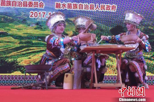 """图为表演""""打油茶"""" 黄令妍 摄"""