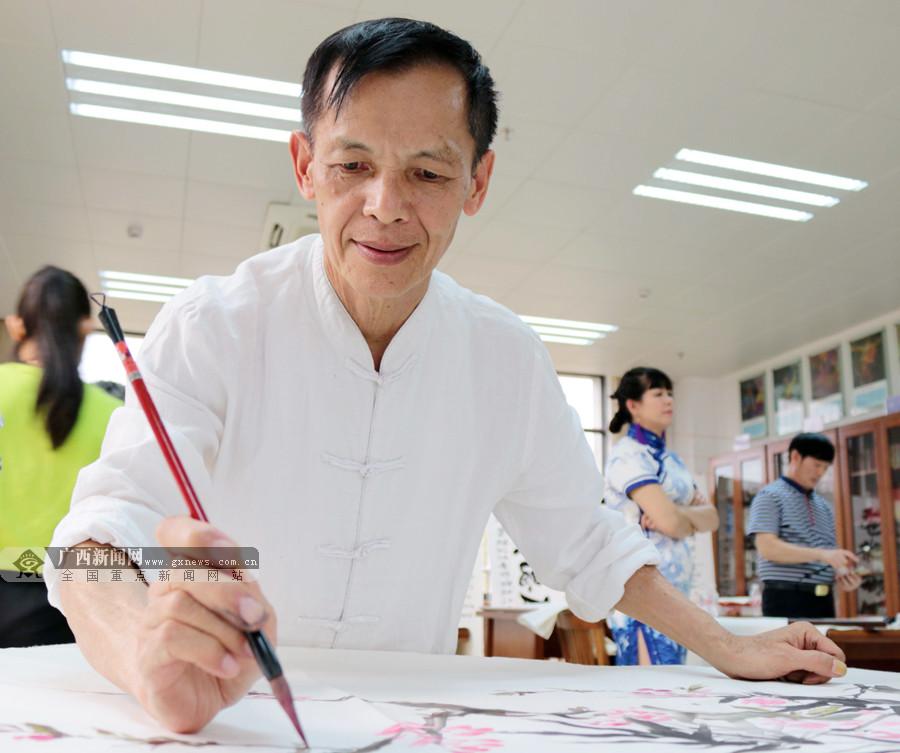 南宁:书画家巧使丹青创作书画作品赠官兵(组图)
