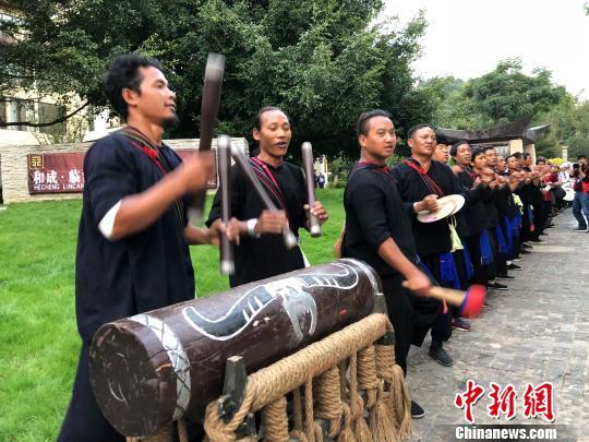当地少数民族民众欢迎参加开幕式的嘉宾。 任东 摄