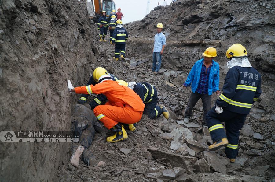 宁明:工地土方坍塌一人被埋 消防紧急救援(图)