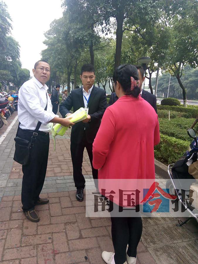 """柳州一免费停车点冒出几名""""看护员"""" 一女子被罚"""