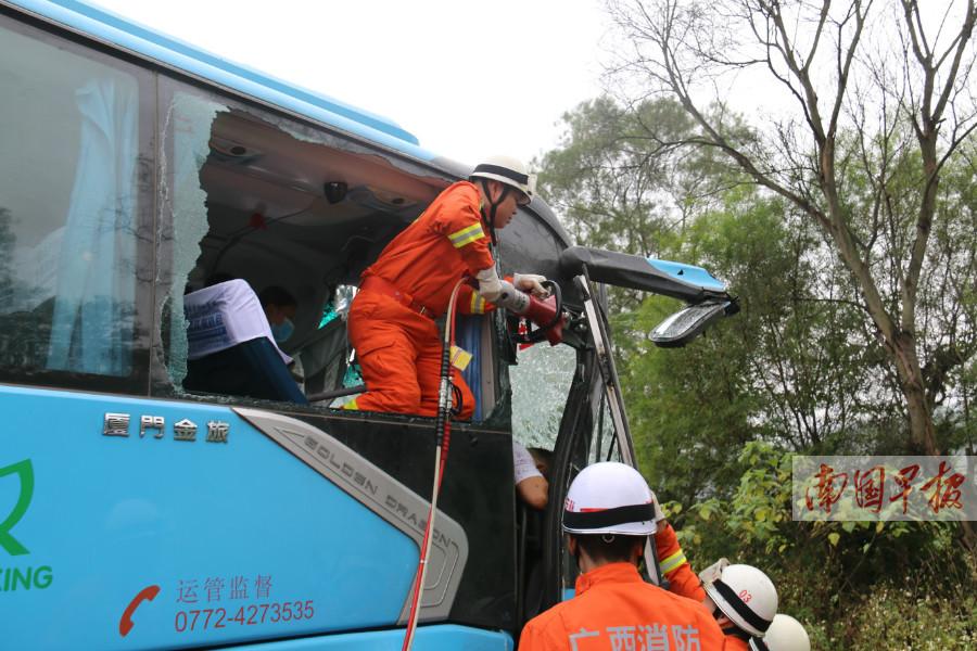 11月8日焦点图:三辆客车发生连环撞事故