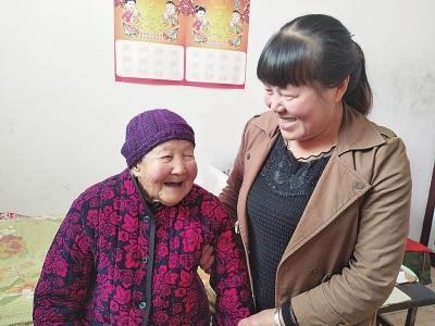 彭秋莲与奶奶在聊天