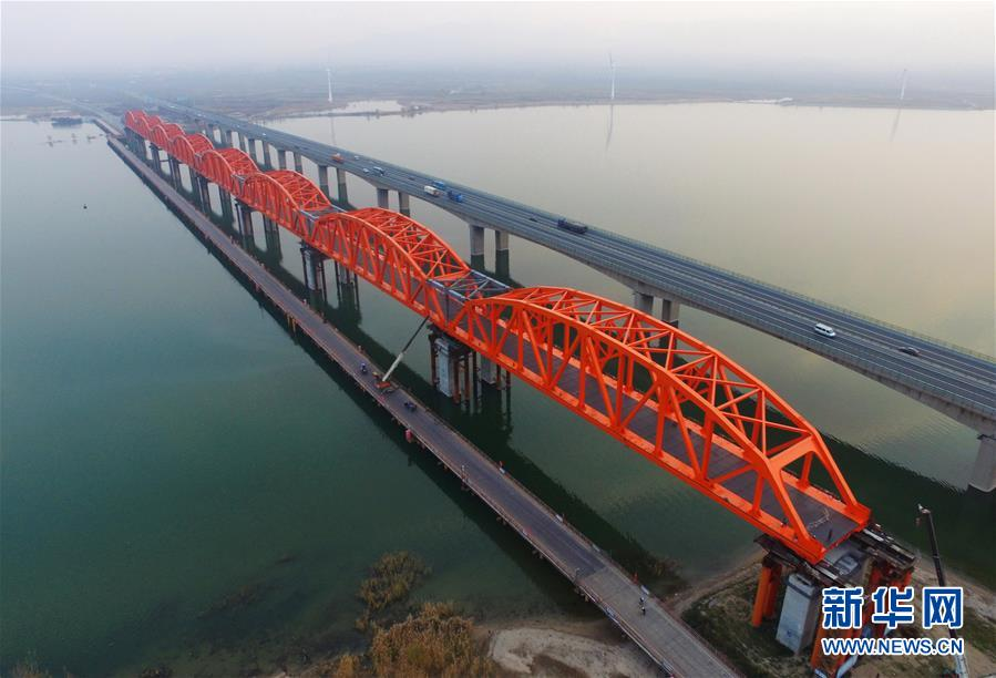 (经济)(1)京张高铁官厅水库特大桥拱型八孔钢桁梁顶推成功