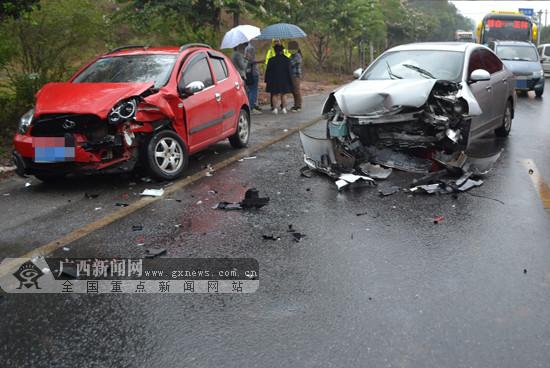 小车紧急避让前方货车 驶入对向车道撞上对向来车