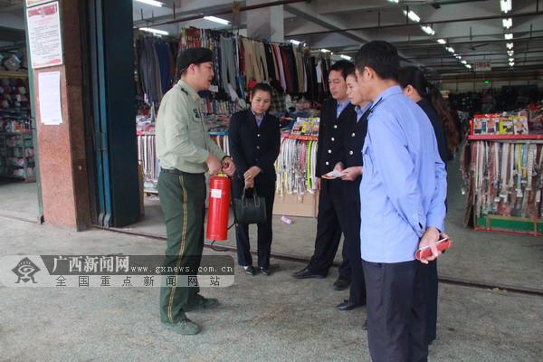 宁明:消防宣传员向居民宣传防火逃生知识(图)