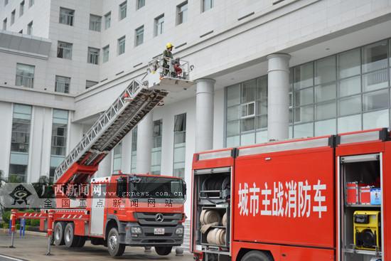 消防开展高层建筑演练 铁警支招如何紧急逃生(图)