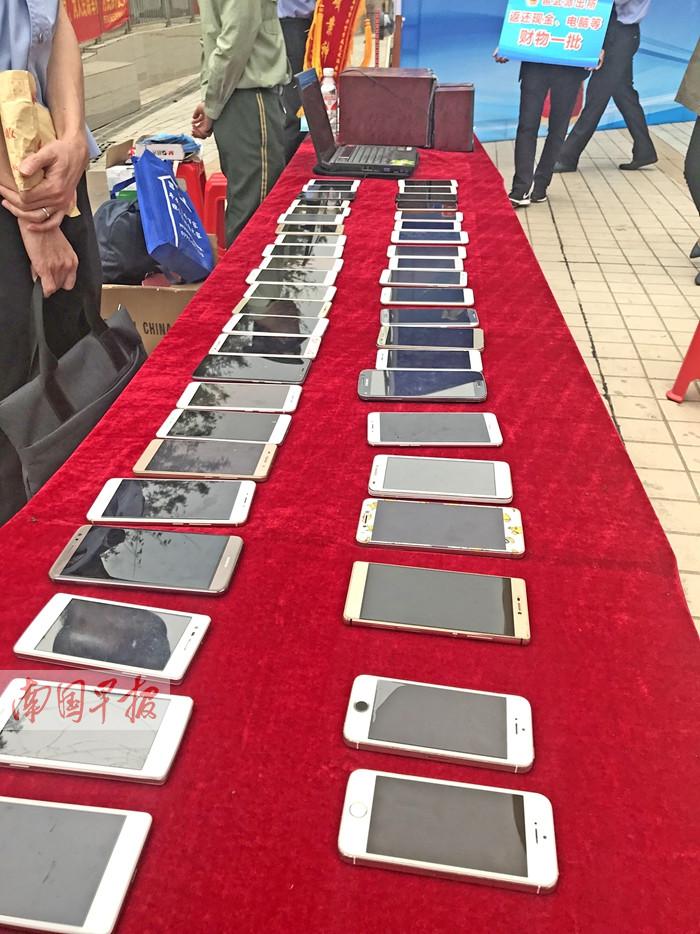 11月6日焦点图:蒙面窃贼一夜盗走50多部学生手机