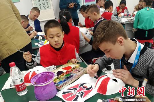 俄罗斯青少年学习绘制中国京剧脸谱 霍莉 摄