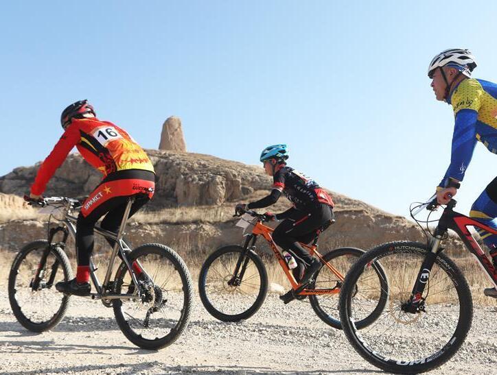 """河北阳原:""""全民健身、绿色骑行""""自行车山地爬坡赛开赛"""