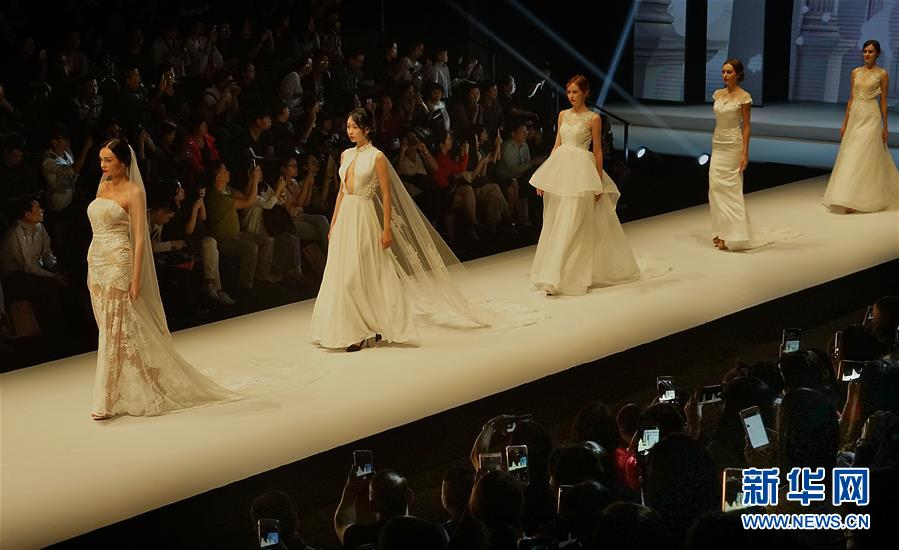 (文化)(1)婚纱礼服周上展华服