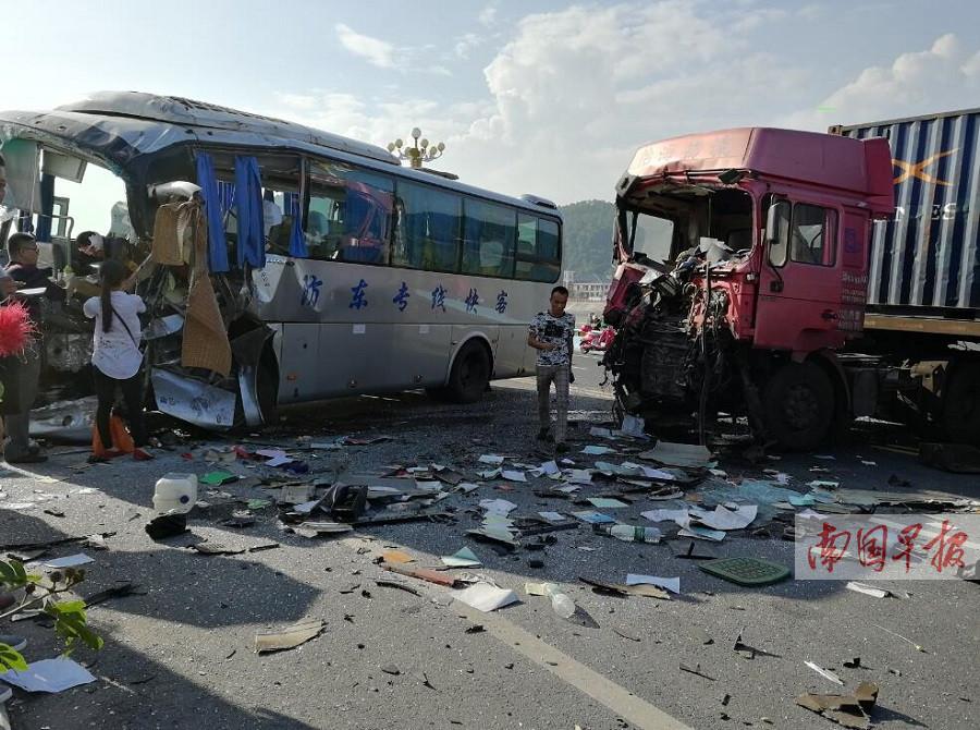 11月12日焦点图:跨海大桥上,大客车与大货车相撞