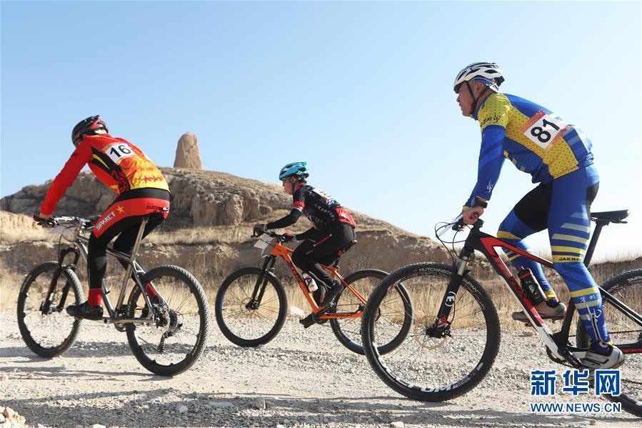 """#(社会)(1)河北阳原:""""全民健身、绿色骑行""""自行车山地爬坡赛开赛"""