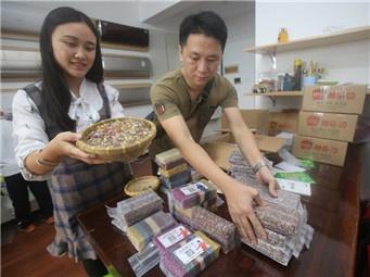 横县小伙把特色糯米饭卖到网上 第一个月就卖出2000斤