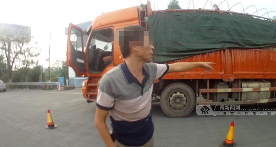 """货车厢顶竟有5人""""淡定兜风"""" 被高速交警查获(图)"""