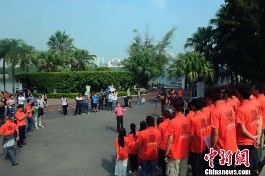 在南宁韦拔群纪念广场,合唱团的演唱受到民众的称赞。 蒋雪林 摄