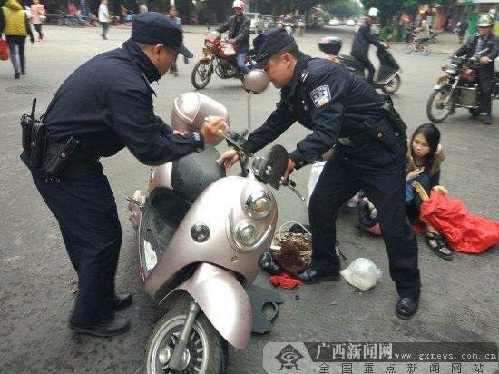 梧州一女子骑行跌倒 民警迅速出警两分钟内到达