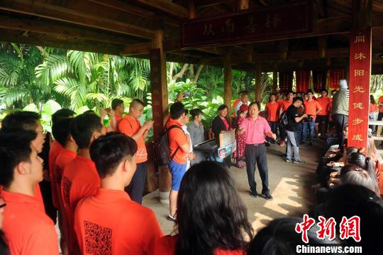 广西艺术学院合唱团与在公园里消遣的老人联欢。 蒋雪林 摄