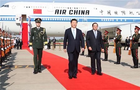 习近平抵达万象开始对老挝进行国事访问