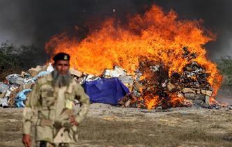 巴基斯坦集中销毁毒品和走私酒